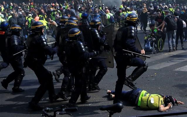 Κίτρινα Γιλέκα: «Όλα για τη Notre Dame, τίποτα για τους άθλιους»