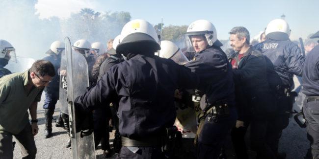 Χημικά και ξύλο στην Αίγλη Ζαππείου κατά διαμαρτυρόμενων γιατρών και νοσοκομειακών