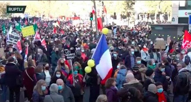 Δυναμικές διαδηλώσεις κατά αστυνομικής βίας