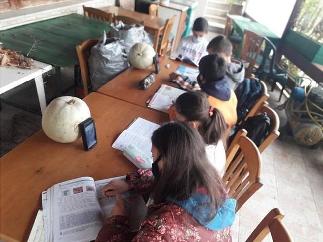 μικρά παιδιά κάνουν...«τηλεκπαίδευση»