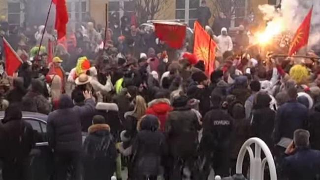 Σκοπιανοί έκαψαν σημαία της στο καρναβάλι