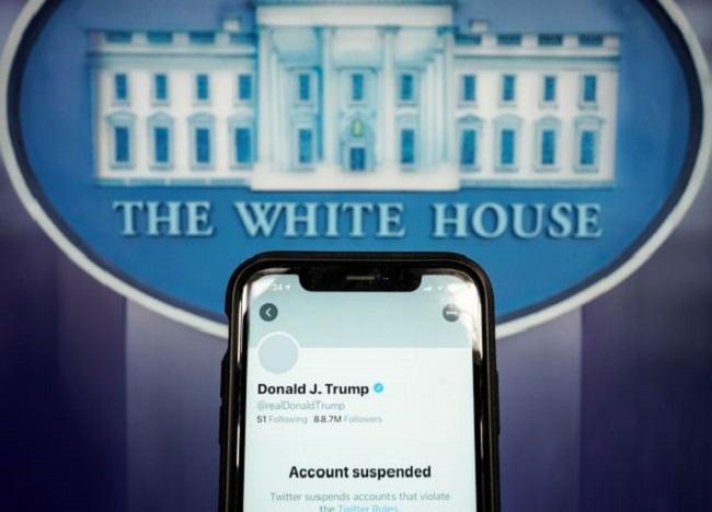 Το Twitter μπλόκαρε μόνιμα Τραμπ