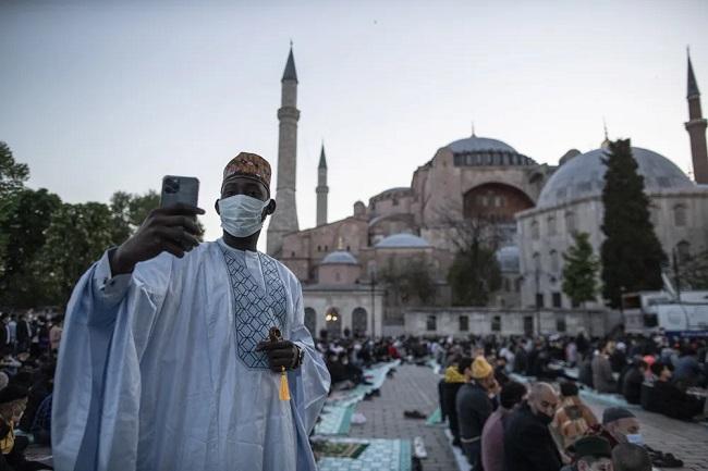 Μπαϊράμι χιλιάδων μουσουλμάνων στο μνημείο