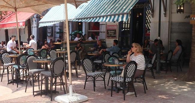 Πελάτες γεμίζουν τα τραπεζάκια καφετεριών