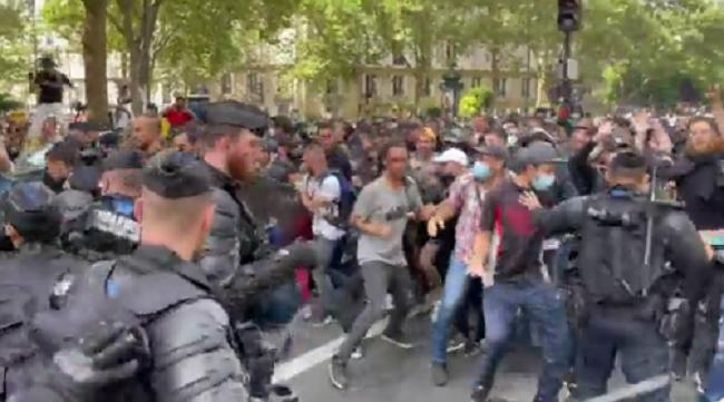 Μεγάλες διαδηλώσεις κατά υποχρεωτικών