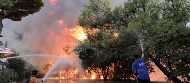 Καίγεται Αττική και χώρα