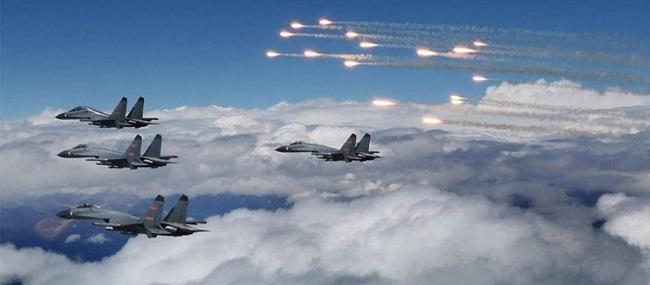 Σμήνη κινεζικών αεροσκαφών κοντά